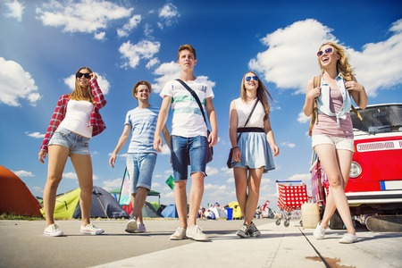 夏祭りで美しい十代の若者たちのグループ