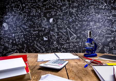 수학 기호 및 수식이있는 큰 칠판