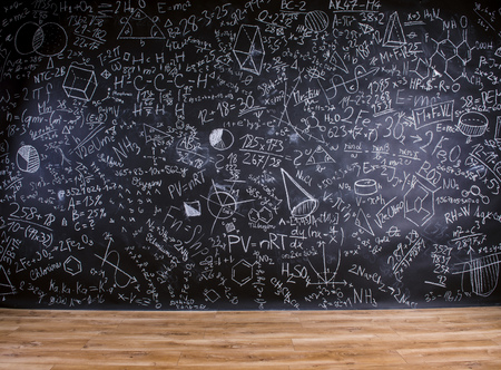 blackboard: Escritorio de madera con útiles escolares en frente de la gran pizarra