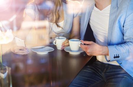 conclusion: Doble exposición de una hermosa joven pareja sentada en un café