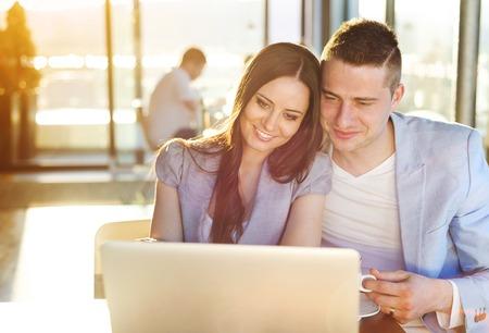 hombre escribiendo: Doble exposición de una hermosa joven pareja sentada en un café
