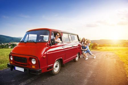 empujando: Amigos inconformista jóvenes en viaje por carretera en un día de verano
