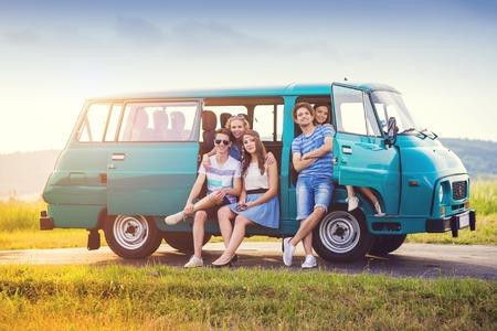 person traveling: Amigos inconformista jóvenes en viaje por carretera en un día de verano