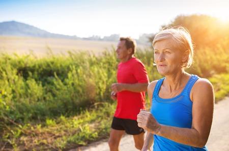 motion: Aktiva seniorer kör ute i grön natur