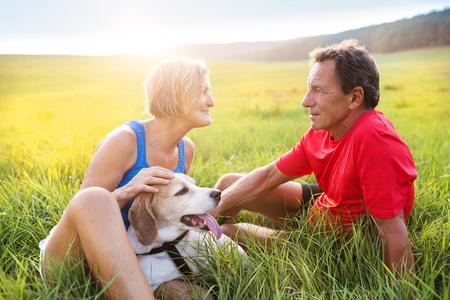 parejas: Mayores activos que tienen un descanso durante su racha fuera en la naturaleza verde