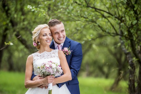 自然の中の外の美しい若い結婚式のカップル 写真素材