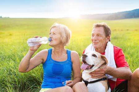 녹색 자연에서 실행하는 동안 휴식하는 데 적극적인 노인