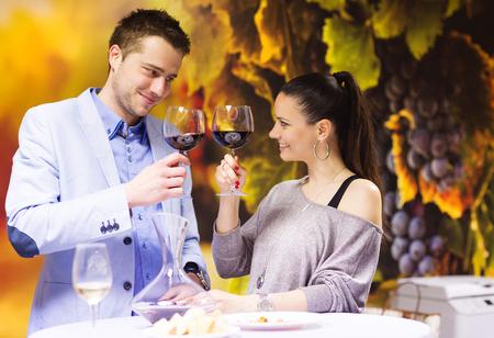 tomando alcohol: Hermosa joven pareja disfrutando de una copa en el bar Foto de archivo