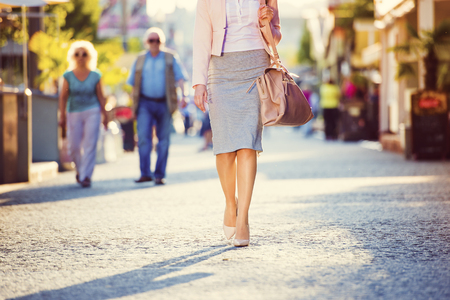 pasear: Atractiva mujer de negocios joven que recorre en la ciudad Foto de archivo