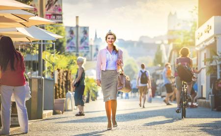 매력적인 젊은 비즈니스 여성 도시에서 산책 스톡 콘텐츠