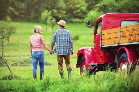 agricultor: Pares mayores que recorren por un cami�n de color rojo