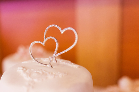 Two strass hearts on top of the wedding cake