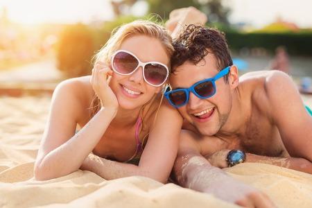 divercio n: Hermosa joven pareja que se divierten fuera en la playa Foto de archivo