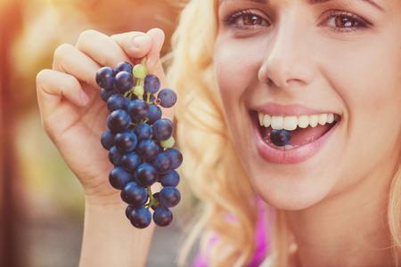 personas comiendo: jóvenes hermosas uvas azules mujer rubia de cosecha