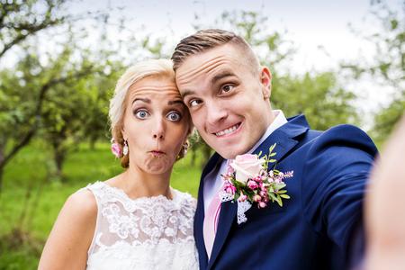 boda: Hermosa joven pareja de la boda fuera en la naturaleza
