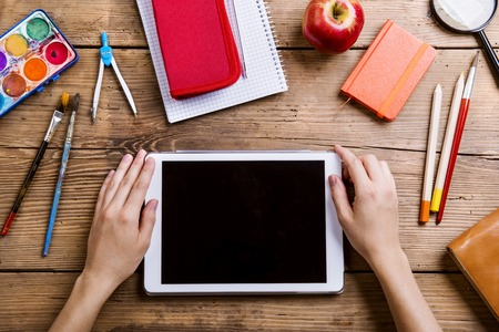 utiles escolares: Escritorio con útiles escolares. Estudio tirado en el fondo de madera.