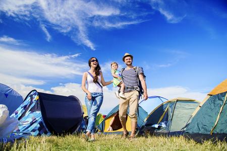 Mooie jonge gezin in de zomer muziekfestival Stockfoto