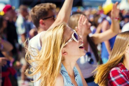 donna che balla: Gruppo di ragazzi belli al concerto al festival estivo