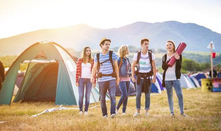 祭り: 夏祭りに到着美しい十代の若者たちのグループ