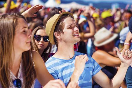 gente bailando: Grupo de hermosas j�venes en el concierto en el festival de verano