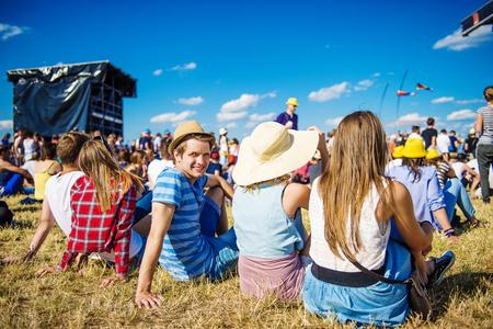 祭り: 夏祭りでのコンサートで美しい十代の若者たちのグループ