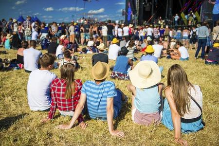 exteriores: Grupo de hermosas jóvenes en el concierto en el festival de verano