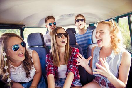 Jóvenes hermosas en un viaje por carretera en un día de verano Foto de archivo