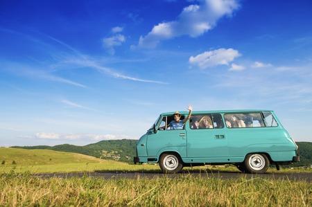 route: Jeunes amis sur un voyage sur la route un jour étés