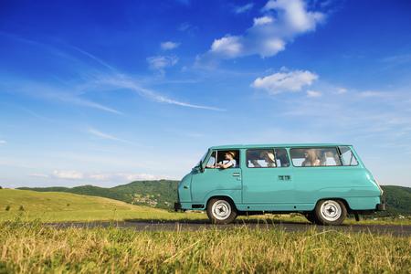 Amigos adolescentes en un viaje por carretera en un día de verano Foto de archivo - 45742415