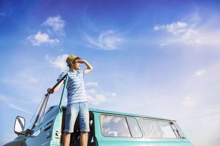 carretera: Amigos adolescentes en un viaje por carretera en un día de verano