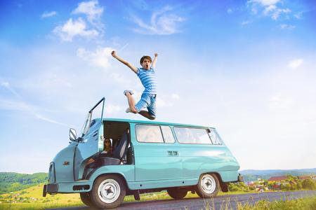 grupo de hombres: Amigos adolescentes en un viaje por carretera en un día de verano