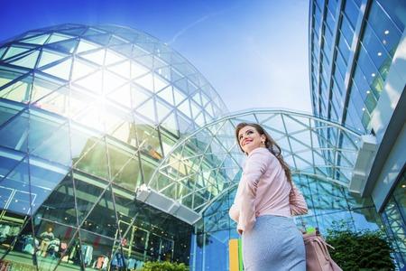 Femme séduisante jeune entreprise en face du centre commercial