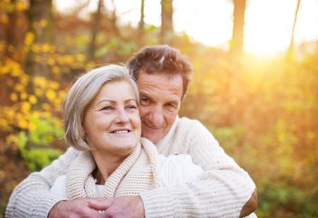 ancianos caminando: Mayores en amor en una caminata en el bosque de oto�o