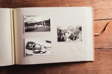 アルバムで結婚式の写真。木製の背景で撮影スタジオ。