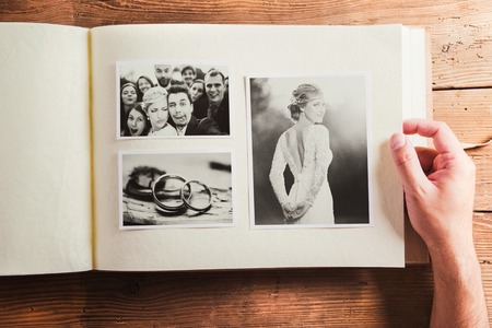 ringe: Hochzeitsfotos in Album. Studio Schuss auf Holzuntergrund. Lizenzfreie Bilder