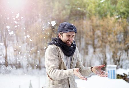 hombre con sombrero: Apuesto joven vistiendo suéter de lana en la naturaleza de invierno
