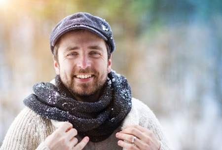 hombre con sombrero: Apuesto joven vistiendo su�ter de lana en la naturaleza de invierno