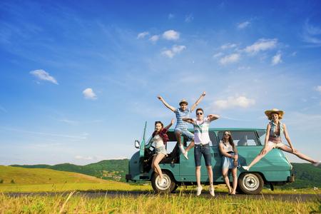 Amigos inconformista jóvenes en viaje por carretera en un día de verano