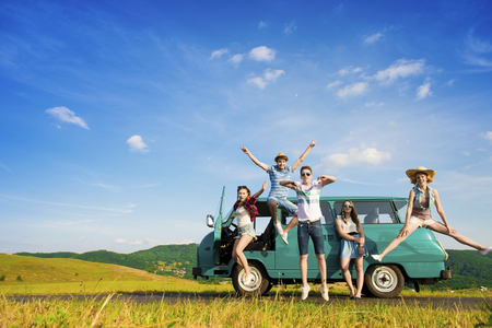 Jeunes amis hipster sur voyage sur la route un jour étés Banque d'images - 46415074