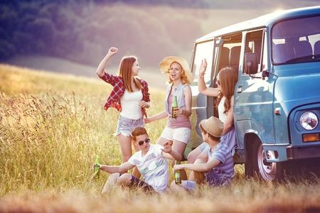 persona viajando: Amigos inconformista jóvenes en viaje por carretera en un día de verano