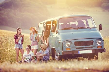 carretera: Amigos inconformista j�venes en viaje por carretera en un d�a de verano