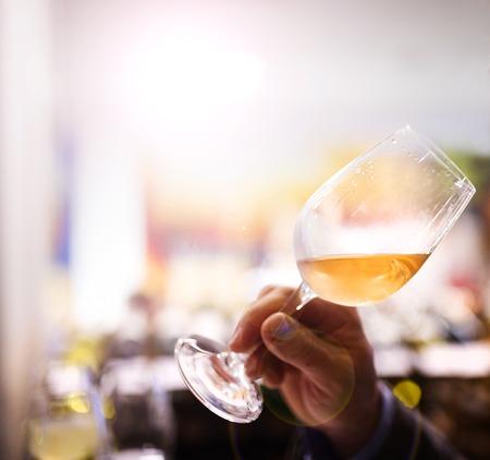 Onherkenbaar jonge man genieten van een drankje in een wijnbar Stockfoto
