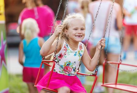 La petite fille mignonne amuser à la fête foraine Banque d'images - 46450565