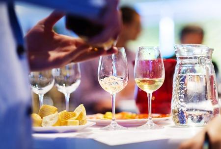 copa de vino: Joven irreconocible verter el vino en un vaso
