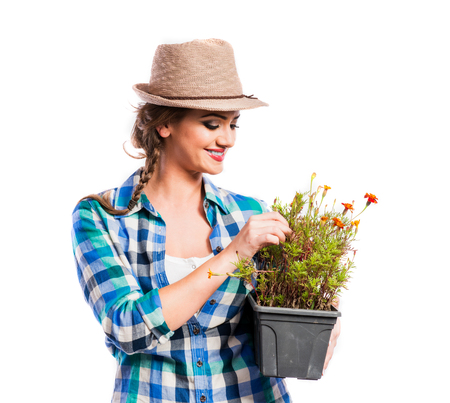 mujer trabajadora: Joven y bella mujer con flores. Estudio dispar� sobre fondo blanco.