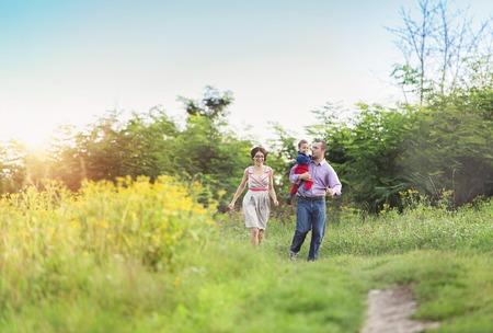 in  shirt: Familia joven feliz que se divierten fuera en la naturaleza del verano