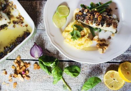 ejotes: Zander plato de filete de pescado en un plato sobre una mesa de madera