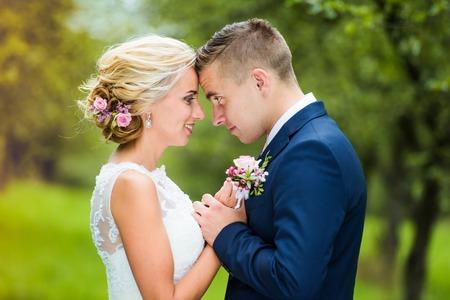 Beautiful young wedding couple outside in nature 版權商用圖片