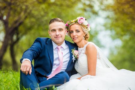 Hermosa joven pareja de la boda fuera en la naturaleza Foto de archivo