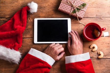 De Kerstman die tablet in zijn handen